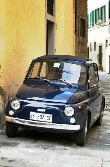 A Fiat 500 in the streets of Cortona