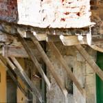 Overhanging upper storeys in Via Ianelli, Cortona