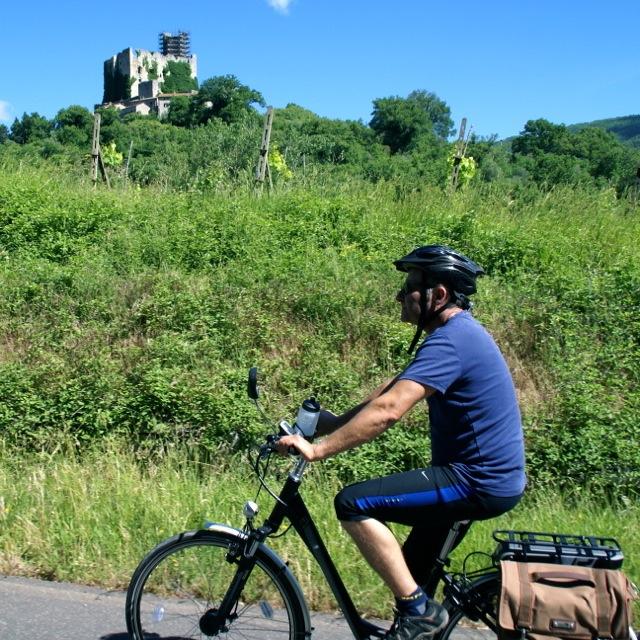 Cycling an e-bike up to Pierle